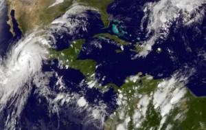 Esta imagen satelital tomada a las 8:45 p.m. hora del Este el jueves 22 de octubre de 2015, y dada a conocer por laOficina Nacional de Administración Oceánica y Atmosférica, muestra al huracán Patricia, a la izquierda, moviéndose hacia costas centrales del Pacífico mexicano. El poderoso meteoro categoría 4 se acercaba la noche del jueves a las costas del Pacífico en lo que los meteorólogos pronosticas podría resultar en un golpe devastador y las autoridades declararon estado de emergencia y entregaron costales de arena en preparación para las posibles inundaciones. (NOAA via AP)